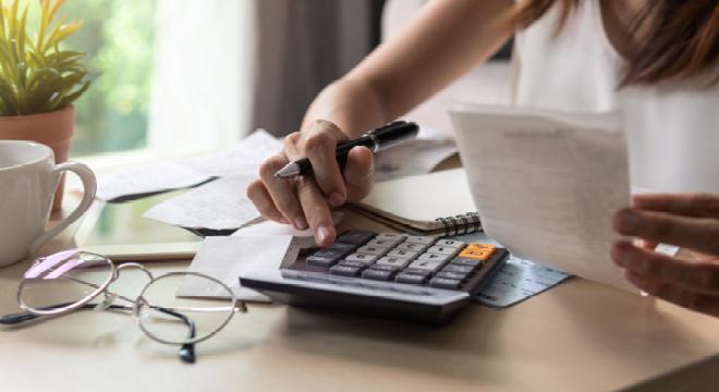bureau met rekenmachine
