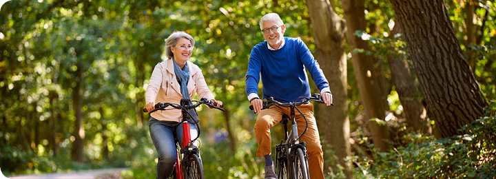 Man en vrouw fietsend door de natuur