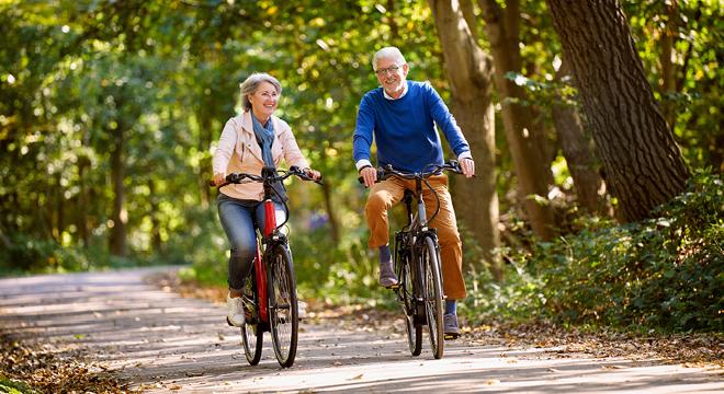 Echtpaar fietsend door het bos