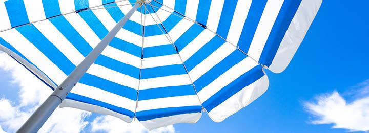 blauwe lucht met parasol