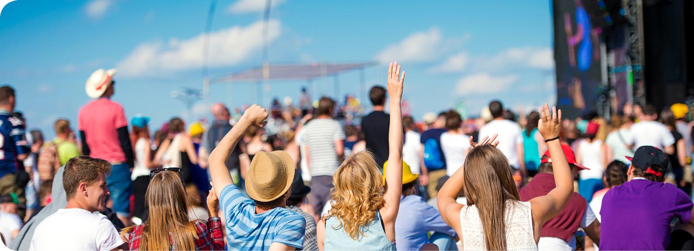 Meerdere mensen op festival met mooi weer
